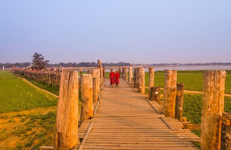 Débutants sur le pont d'U Bein images stock