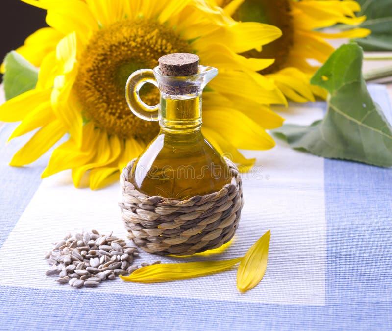 Décanteur avec de l'huile de tournesol photo stock