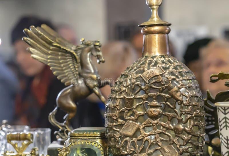 Décanteur en bronze avec un modèle volumétrique dans une boutique de cadeaux image stock