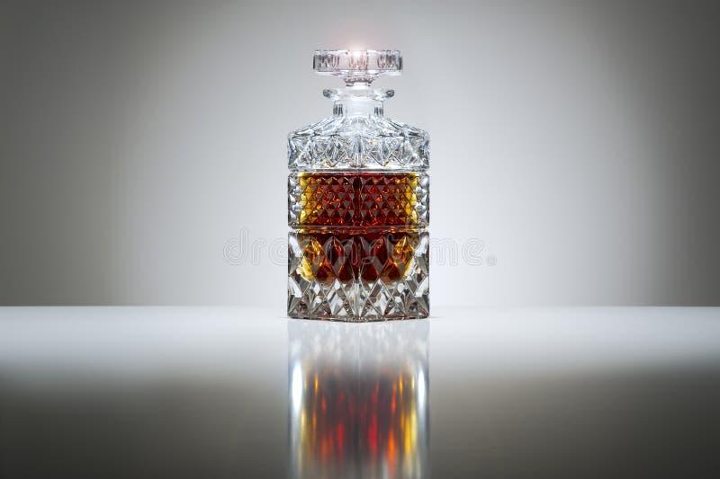 Décanteur en cristal avec le whiskey ou l'eau-de-vie fine images libres de droits