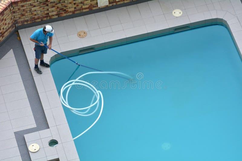 Décapant de piscine nettoyant une piscine image libre de droits