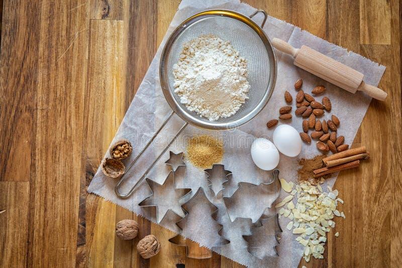 Décembre est temps de Noël Jour de Noël Vacances, préparations de Noël Biscuits de Noël de traitement au four Formes et produits  image stock