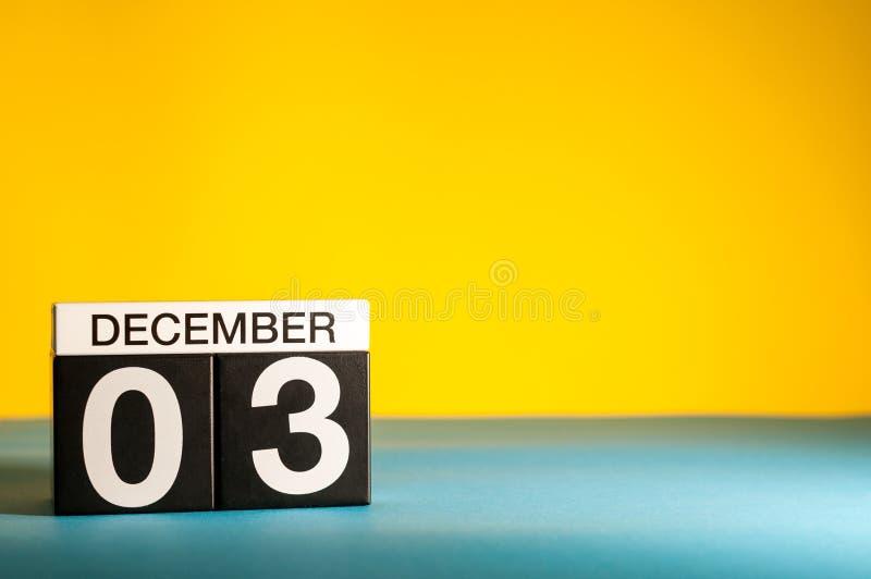 3 décembre Jour de l'image 3 du mois de décembre, calendrier sur le fond jaune Fond d'hiver avec l'espace vide pour le texte photo libre de droits