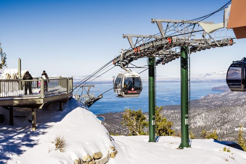 26 décembre 2018 le lac Tahoe du sud/CA/Etats-Unis - plate-forme guidée de gondole merveilleuse de station de sports d'hiver un j photo libre de droits