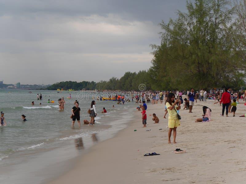 31 décembre 2016 les otres échouent Sihanoukville Cambodge, personnes cambodgiennes à l'éditorial se baignant et de détente de pl image stock