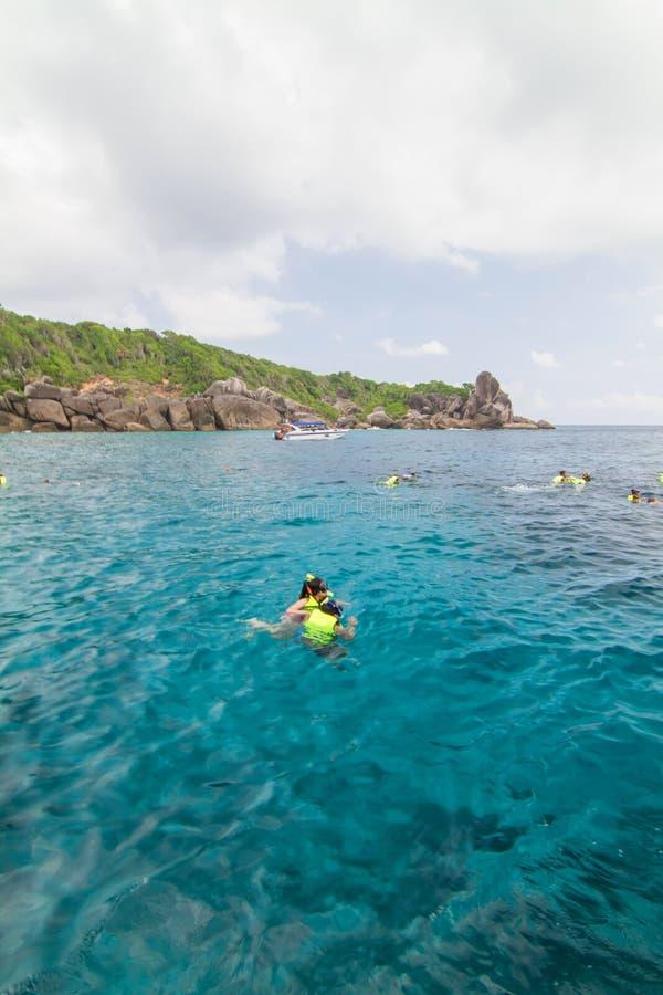 Décembre 16,2013 : Tourisme non identifié à la belle plage image stock