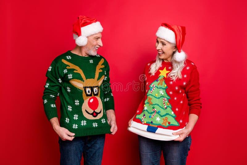Décembre vous êtes fou concept Deux joyeux et joyeux amis heureux heureux amis mari les gens se montrer image libre de droits