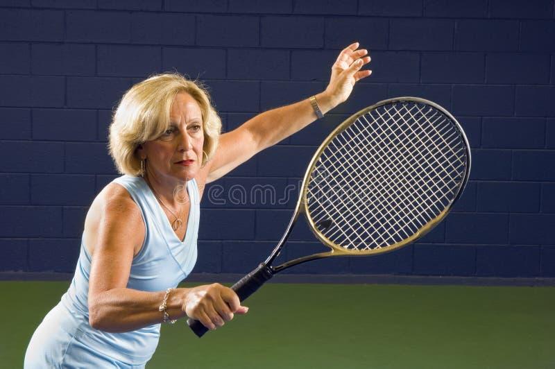 Décharge aînée de tennis de santé images libres de droits