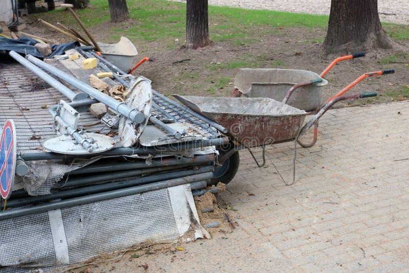 Décharge d'équipement de construction de routes en parc public de ville photo libre de droits