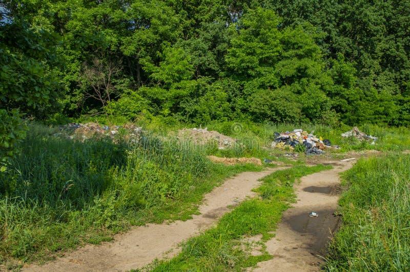 Décharge de déchets élémentaire sur un fond vert de nature photo libre de droits