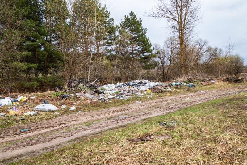 Décharge de déchets du côté de la route photographie stock