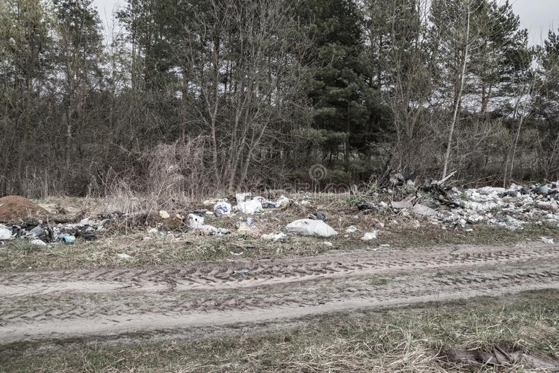 Décharge de déchets du côté de la route image libre de droits