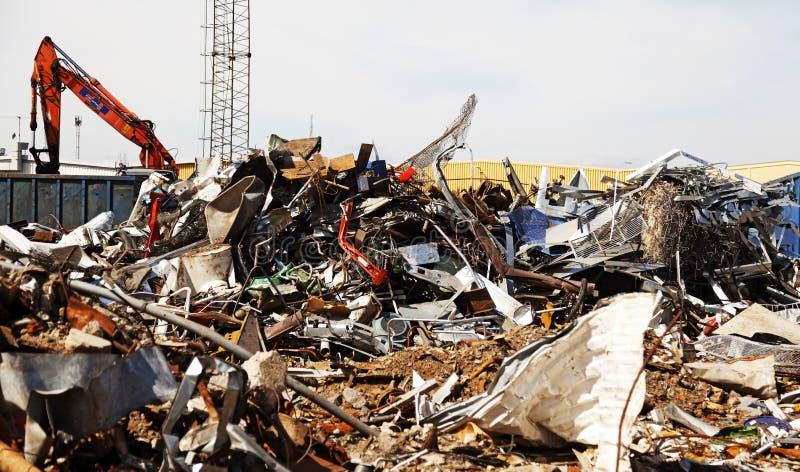 Décharge de déchets industrielle avec un bon nombre de métal photos stock