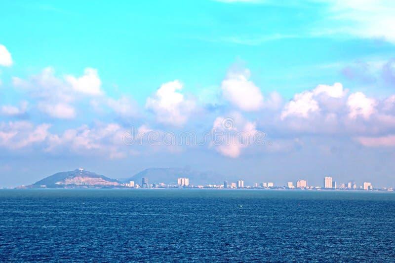 Décharge du navire dans le port de Saigon, le Vietnam, le Mekong Vues des couchettes, des berges et des bateaux, tractions subite photos libres de droits