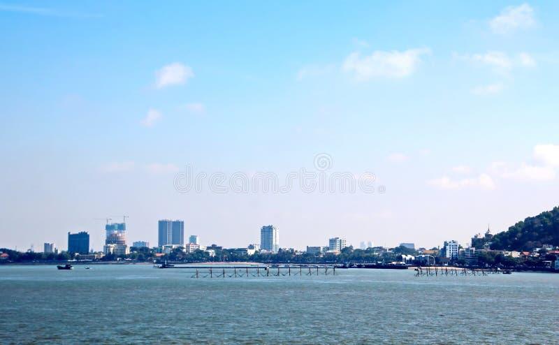 Décharge du navire dans le port de Saigon, le Vietnam, le Mekong Vues des couchettes, des berges et des bateaux, tractions subite photographie stock libre de droits