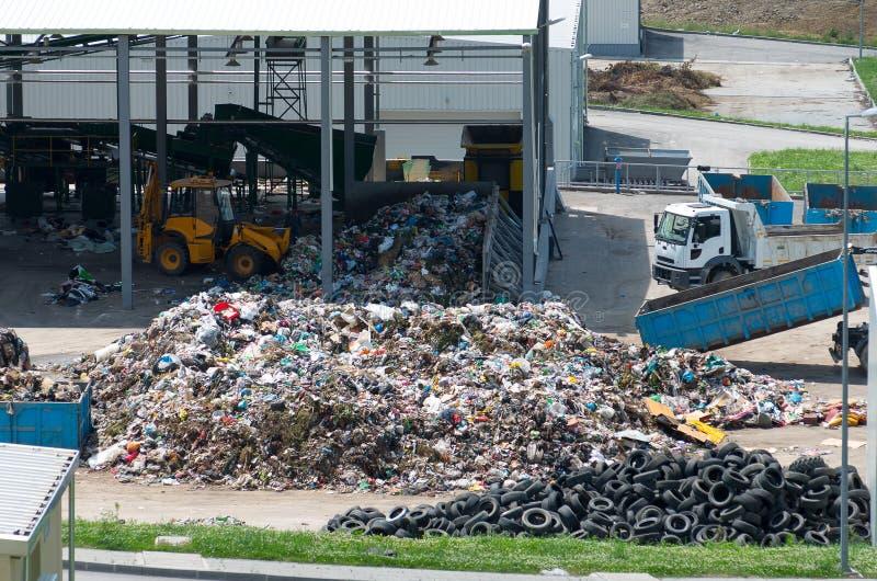 Décharge urbaine construite sous l'environnement de programme avec une concession de l'Union européenne Dépôt d'usine de traiteme images stock