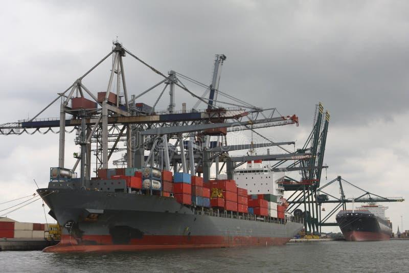 Déchargement d'un navire porte-conteneurs photos stock