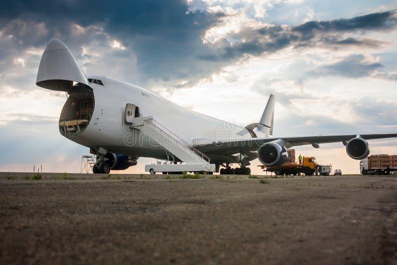 Déchargement de l'avion à fuselage large de cargaison images libres de droits