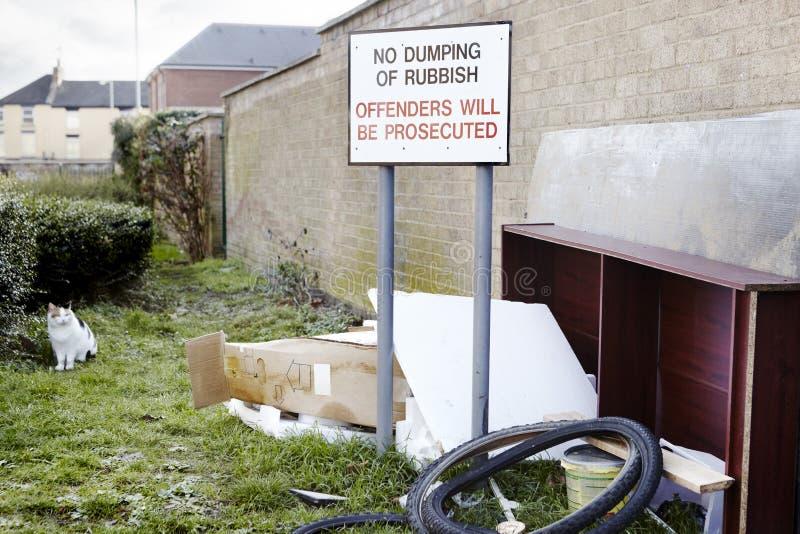 Déchets abandonnés laissés à côté d'aucun signe de dumping image stock