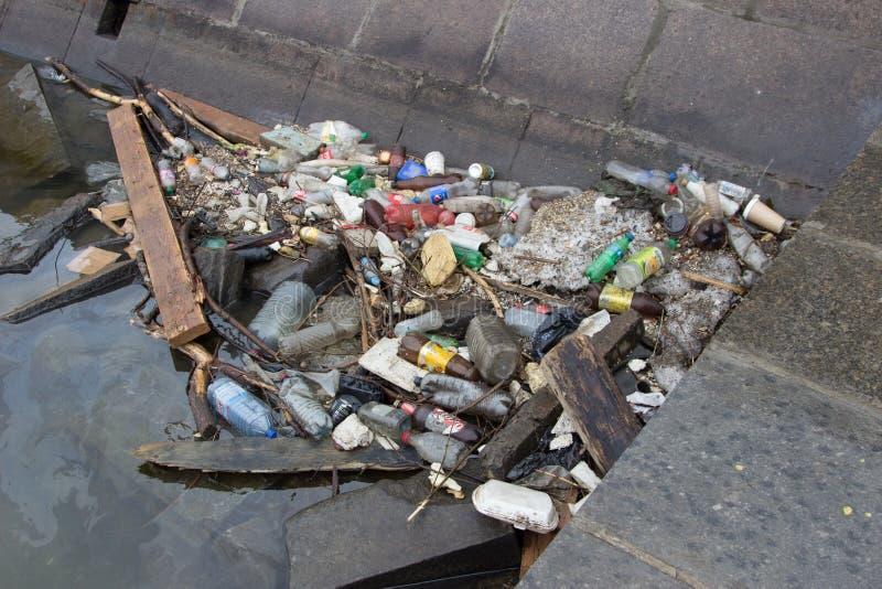 Déchets dans l'eau, pollution en plastique, déchets sur la berge photos stock