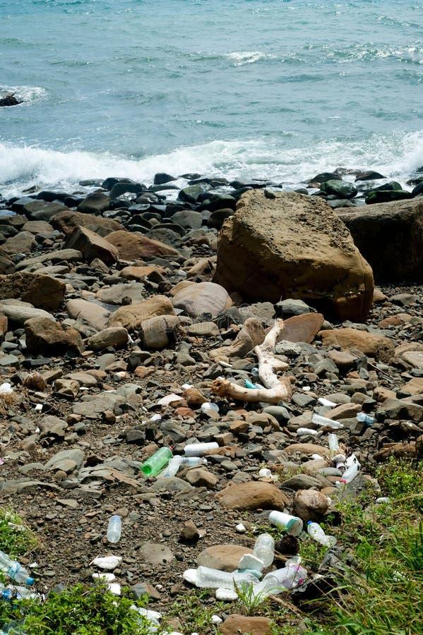 Déchets dans la plage photos libres de droits