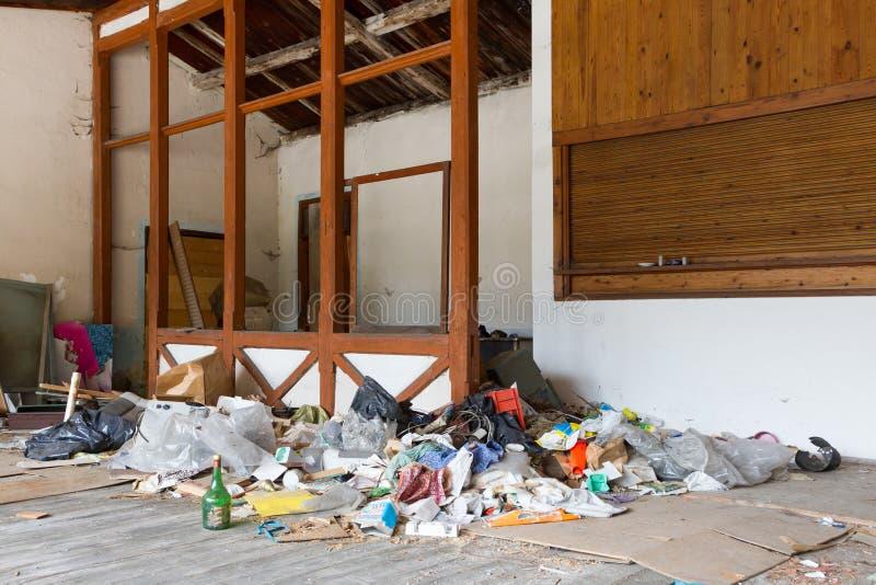 Déchets dans une maison abandonnée image libre de droits