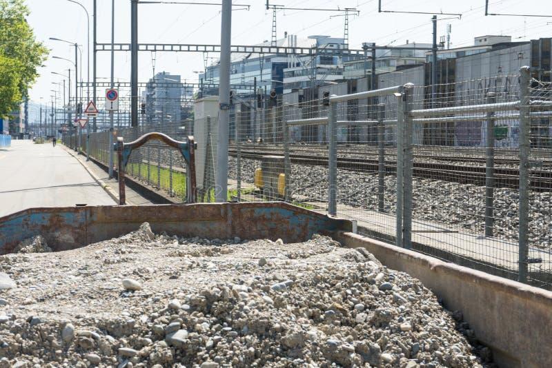 Déchets de construction à côté des voies de train image stock