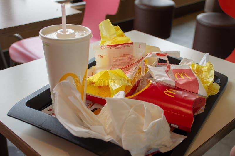 Déchets de McDonalds sur un plateau photographie stock libre de droits