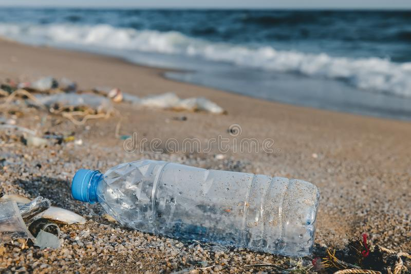 Déchets en plastique de bouteille sur la plage photos stock