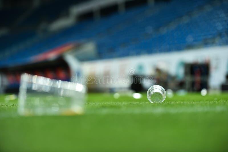 Déchets en plastique sur le gazon sur un terrain de football photos libres de droits