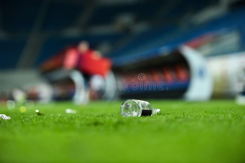 Déchets en plastique sur le gazon sur un terrain de football photo libre de droits