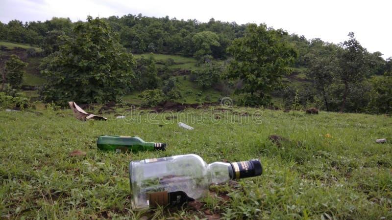 Déchets et déchets dans la jungle images stock