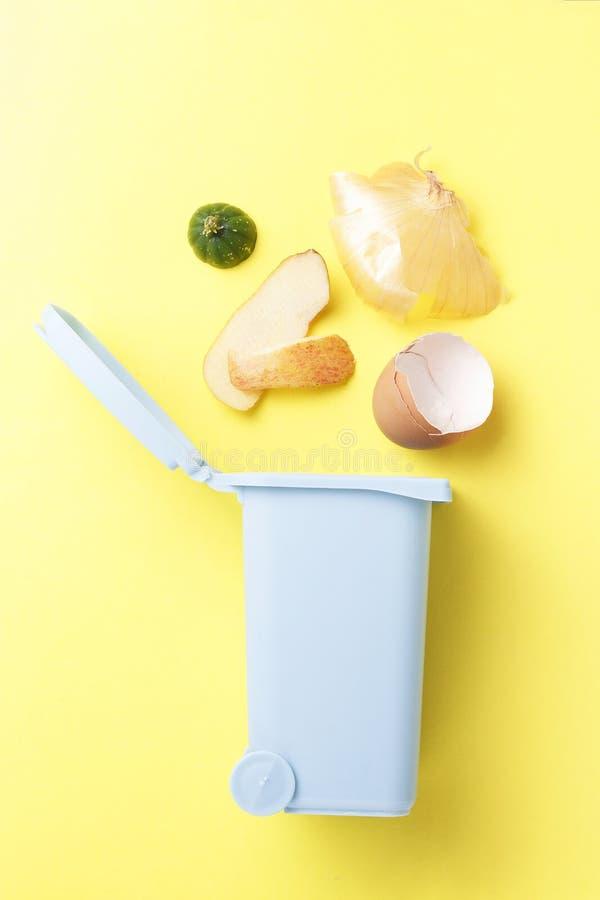 Déchets organiques et décharge sur un fond jaune, le concept du tri de déchets images stock