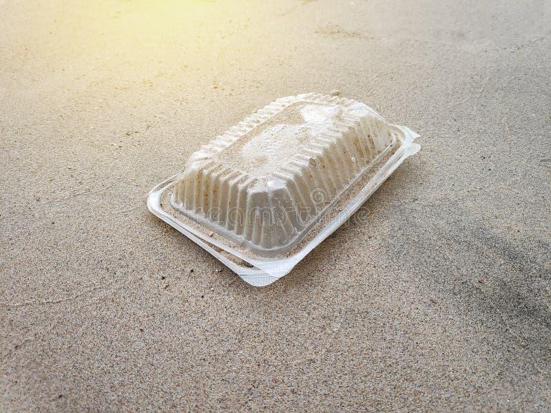 Déchets ou déchets en plastique par la plage avec la fusée du soleil Pollution et réutiliser le concept photo libre de droits