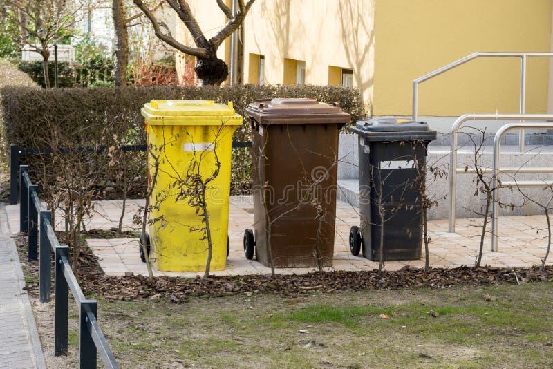 Déchets ou poubelles allemands devant une entrée de maison image libre de droits