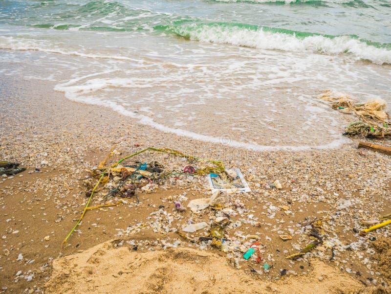 Déchets sur la belle plage, pollution d'environnement dans la saison élevée de voyage images stock