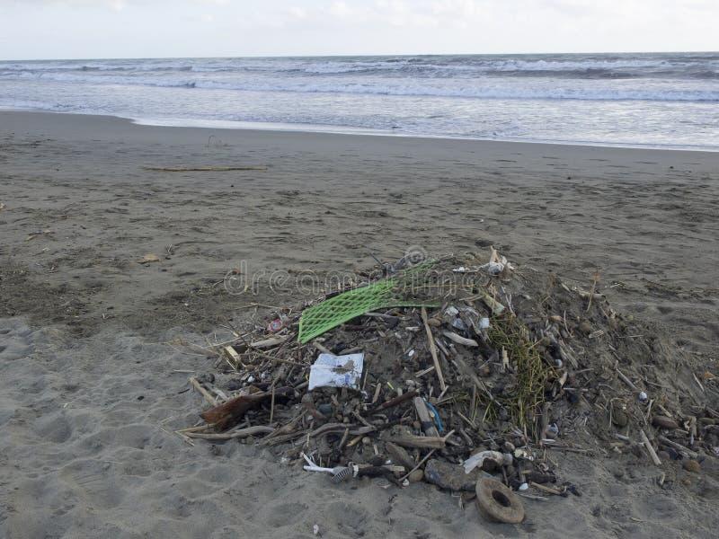 Déchets sur la plage : un bon nombre de pollution causante en plastique de mer image libre de droits