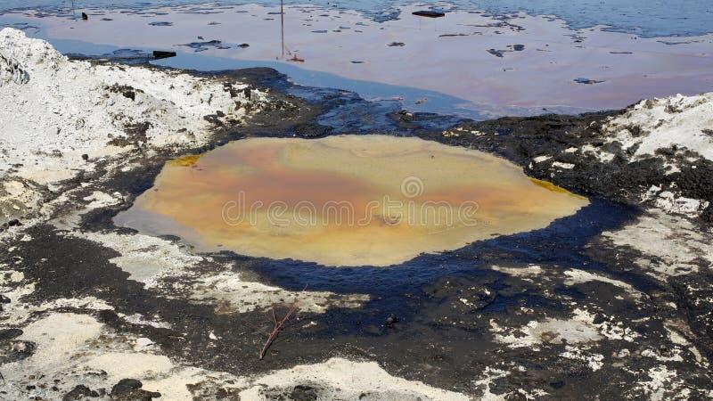 Déchets toxiques d'ancienne décharge, contamination de lagune d'huile, effets de nature de l'eau et sol photo libre de droits