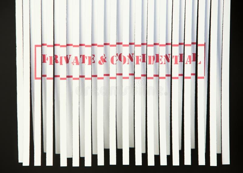 déchiquetage privé de document confidentiel photo libre de droits