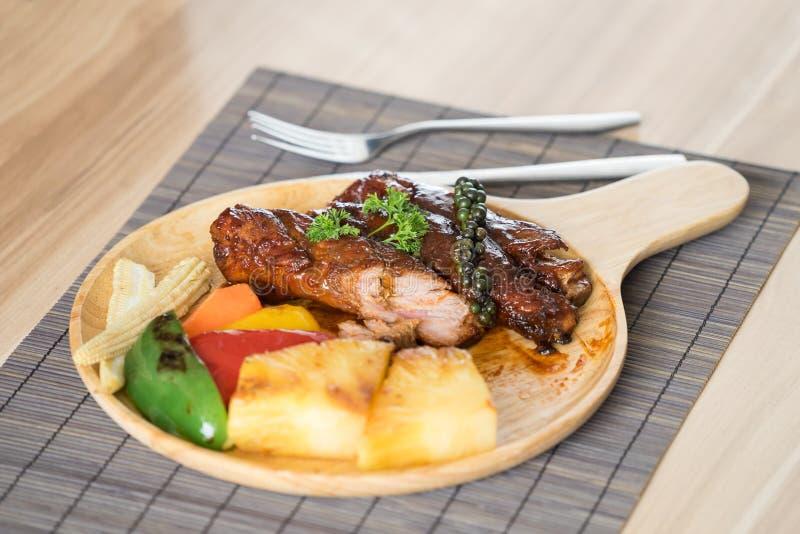 Déchirez le barbecue avec le maïs de bébé, le paprika et le gril d'ananas photo stock
