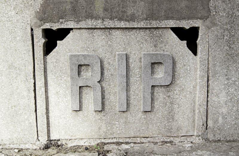 Déchirure de signe dans une tombe image stock