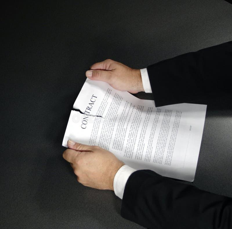 Déchirure vers le haut d'un contrat photographie stock libre de droits