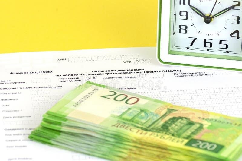 Déclaration annuelle russe d'impôts des impôts des personnes La forme 3-NDFL Quelques notes russes sont sur la feuille de la décl image stock