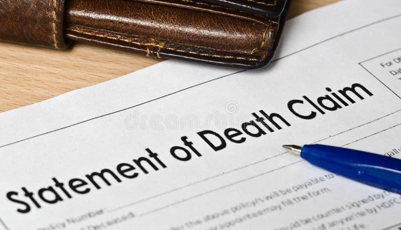 Déclaration de formulaire de réclamation de la mort sur une surface en bois images stock