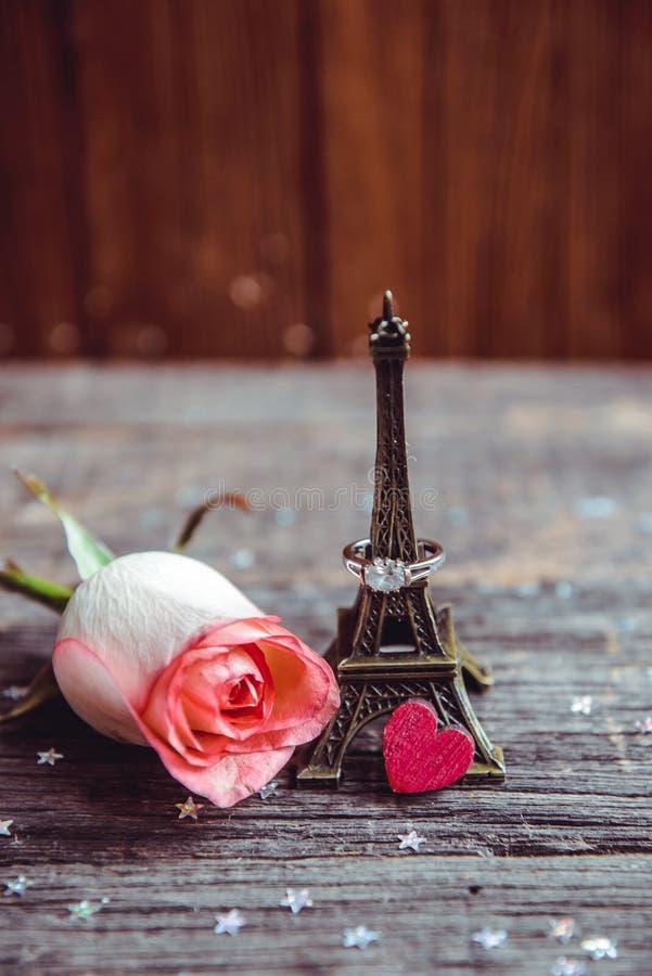 Déclaration de l'amour, la rose avec un anneau images libres de droits