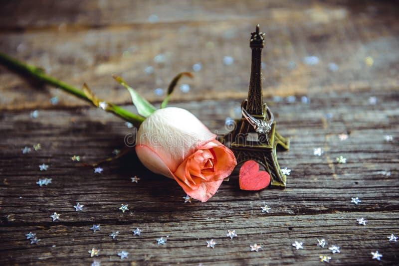 Déclaration de l'amour, la rose avec un anneau photographie stock libre de droits