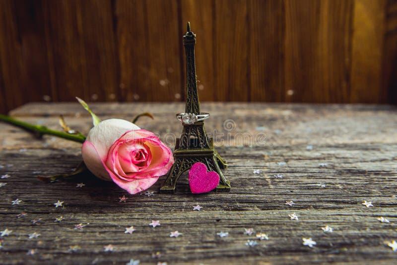 Déclaration de l'amour, la rose avec un anneau photographie stock