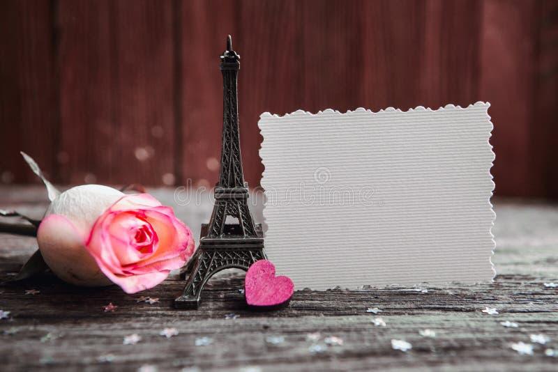Déclaration de l'amour, la rose avec un anneau images stock