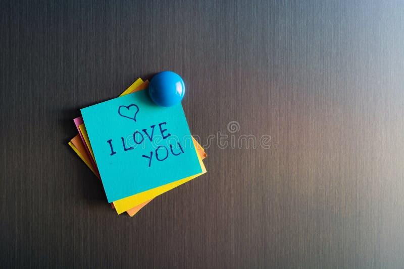 Déclaration de l'amour sur l'autocollant pour des notes sur le réfrigérateur photo stock