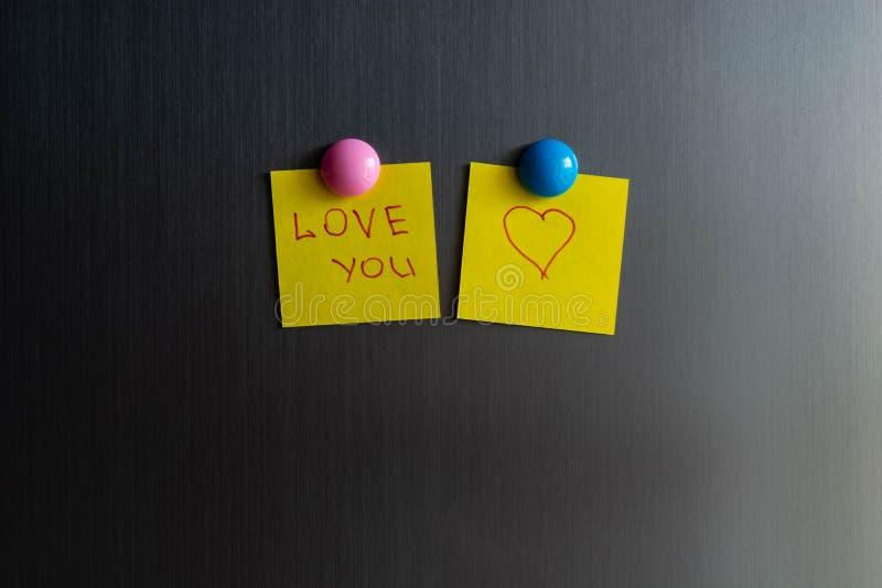 Déclaration de l'amour sur l'autocollant pour des notes sur le réfrigérateur photos libres de droits
